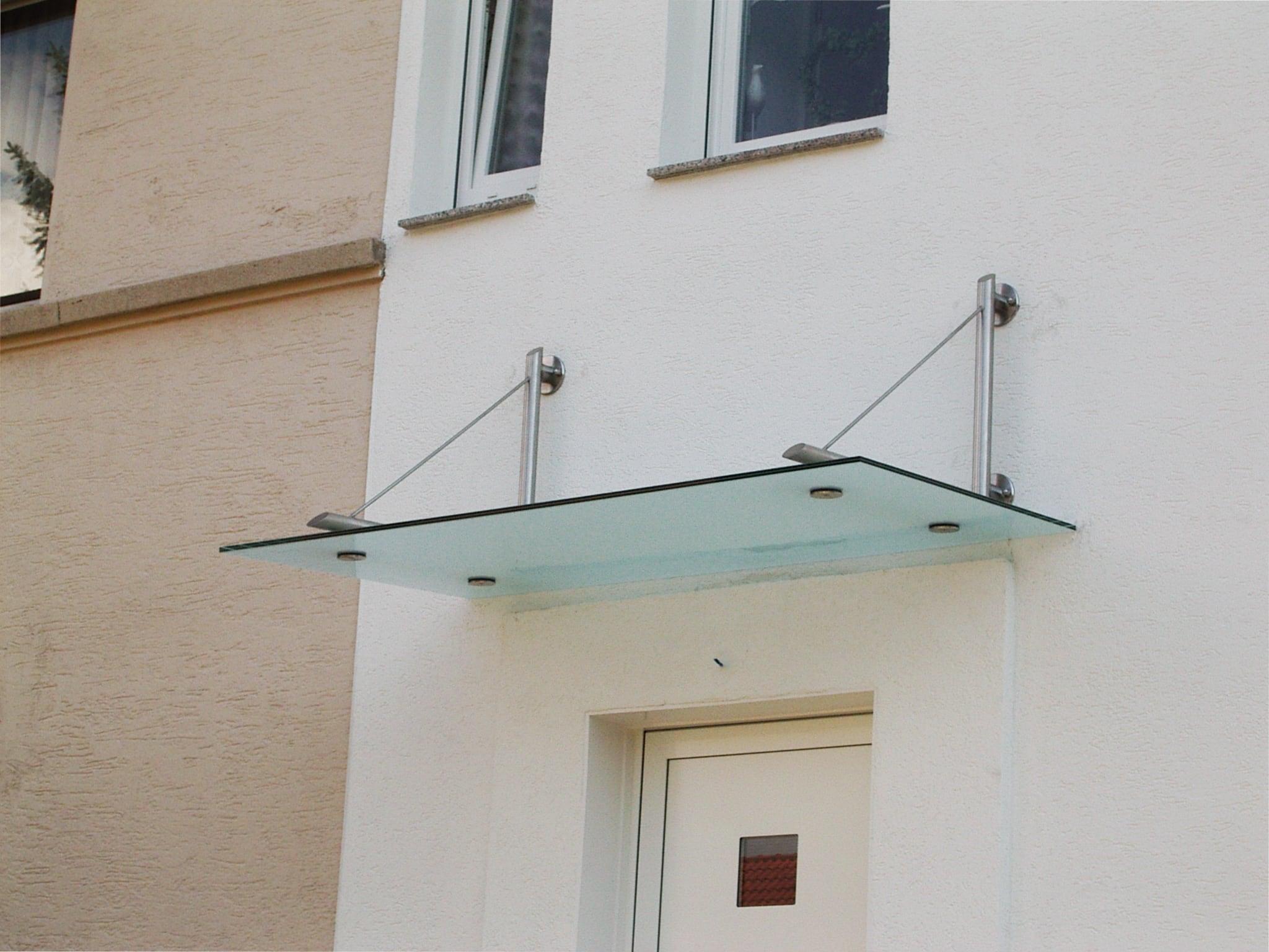 Regenschutz über Eingang