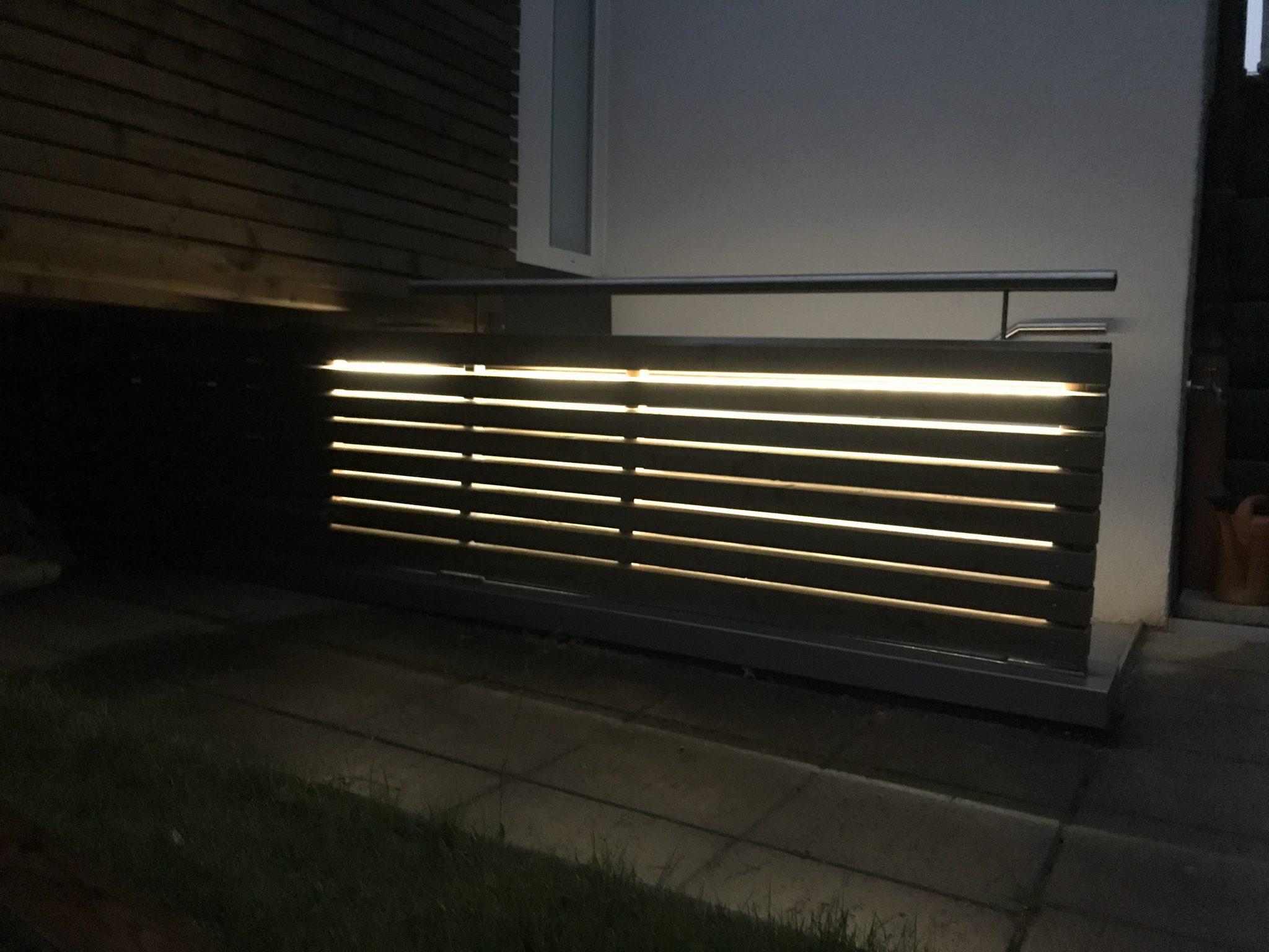 Geländer mit Holz und Licht